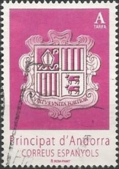 Dans la partie inférieure de l'écusson on trouve, à gauche, les couleurs de la Catalogne et, à droite, deux vaches, symbole du Béarn, rappelant ainsi la proximité des deux voisins.