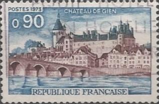 Dominant la ville et la Loire, le château de Gien a été construit à partir de 1482, sur l'emplacement d'une ancienne forteresse. De l'édifice médiéval ne subsiste qu'une tour construite vers la fin du XIVème siècle, appelée Jeanne d'Arc en souvenir de son passage. Pour la reconstruction, les matériaux locaux sont privilégiés: la pierre de taille, roche calcaire présente en Giennois, et la brique.