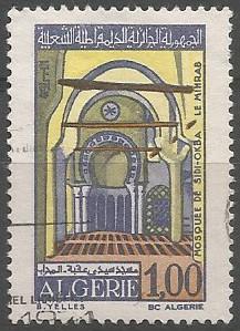 Le mihrab de la mosquée de Sidi Okba est daté de 1789. Souligné par un arc, celui-ci orné de stucs aux motifs géométriques simples et au tracé irrégulier, le mihrab est coiffé d'une demi-coupole à cannelures rayonnantes. Les chapiteaux eux aussi sont cannelés, suggérant ainsi des palmiers très stylisés.